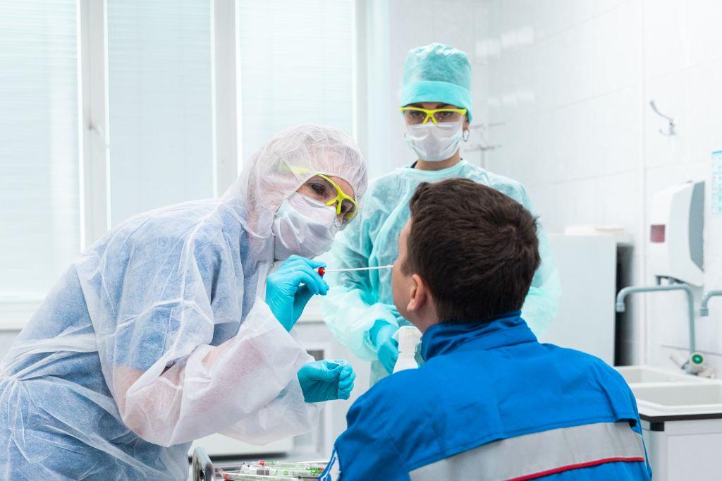 В Москве начали тестирование на COVID-19 сотрудников охраны учебных заведений