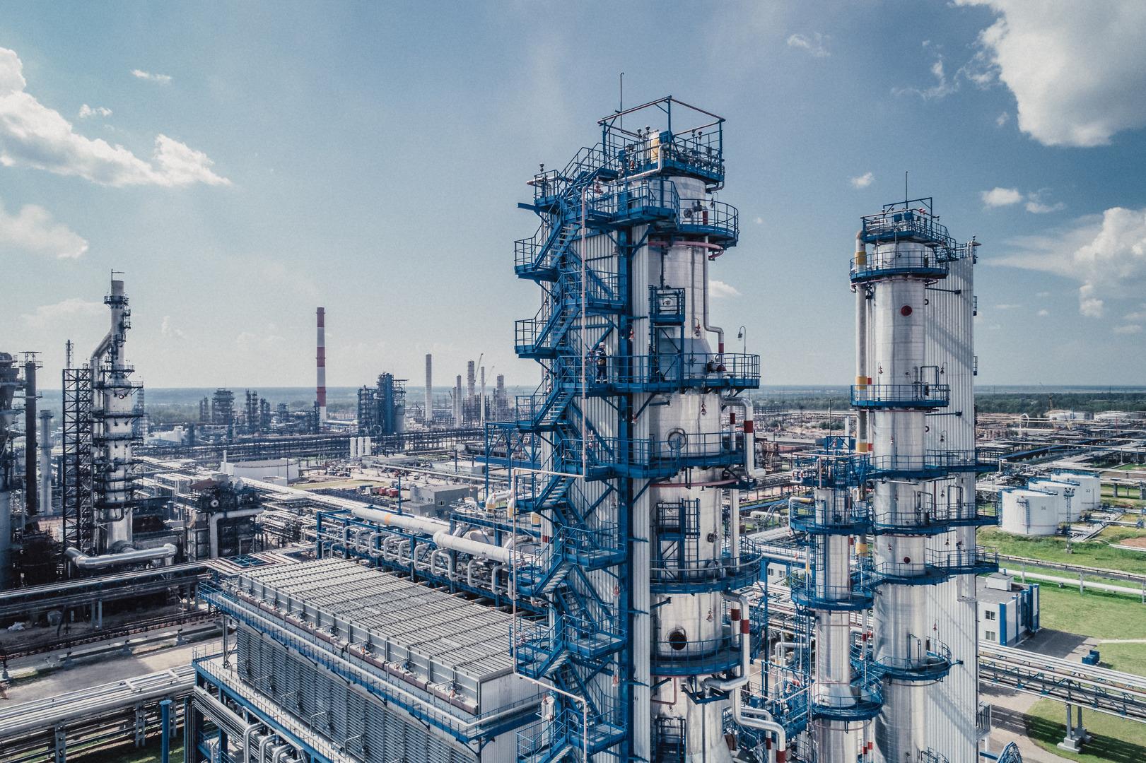 Нефтеперерабатывающий завод в Омске внедряет в свое производство технологии цифрового контроля безопасности