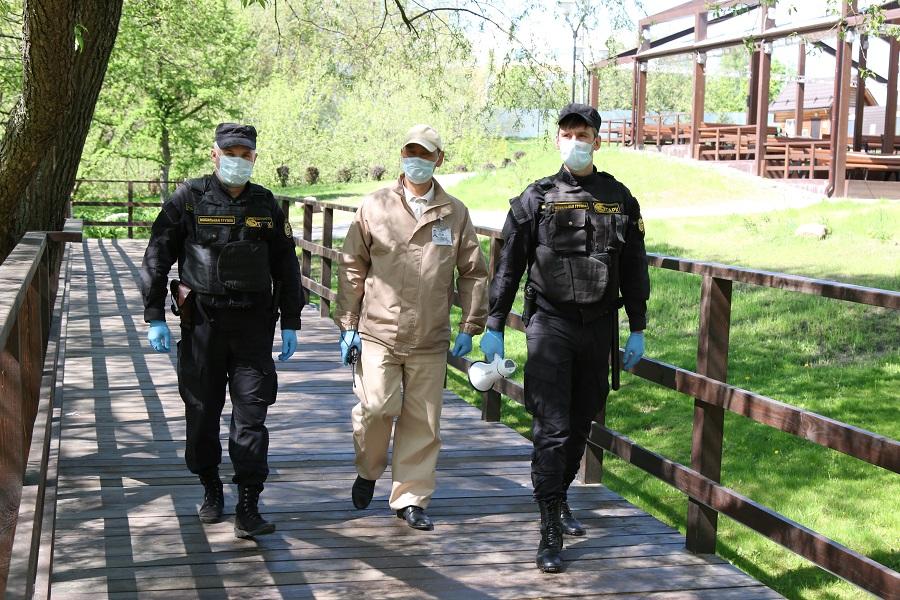 Действия агрессивного водителя пресекла охрана столичного парка