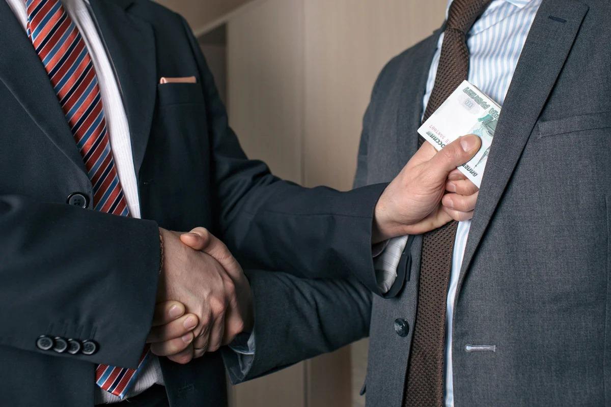 В Липецке учредителя ЧОО и посредника осудили за дачу взятки