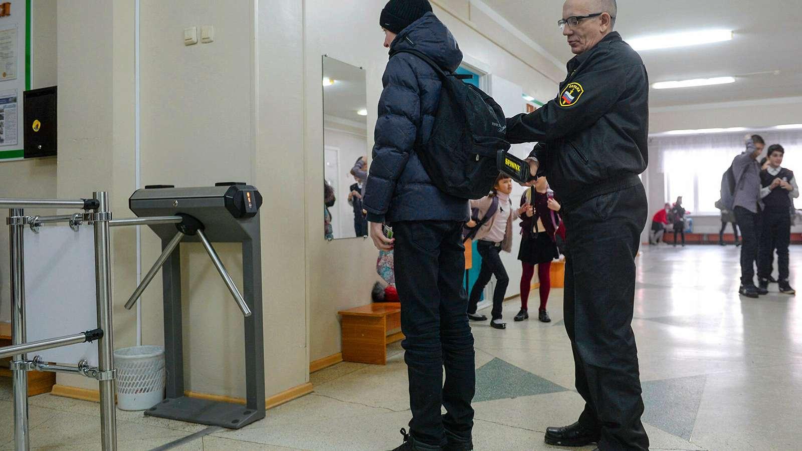 Сотрудники ЧОП рассказали про недостаточное оснащение для охраны школ