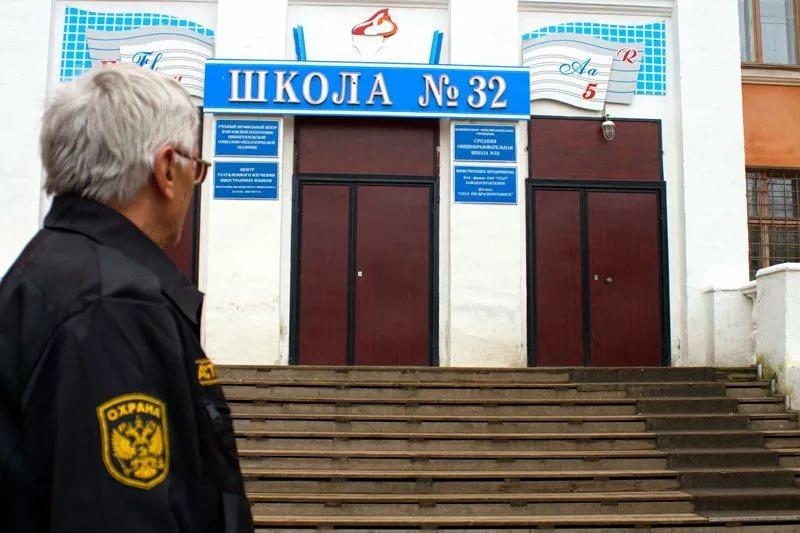 Жители Ижевска пожаловались на отсутствие охраны вшколе