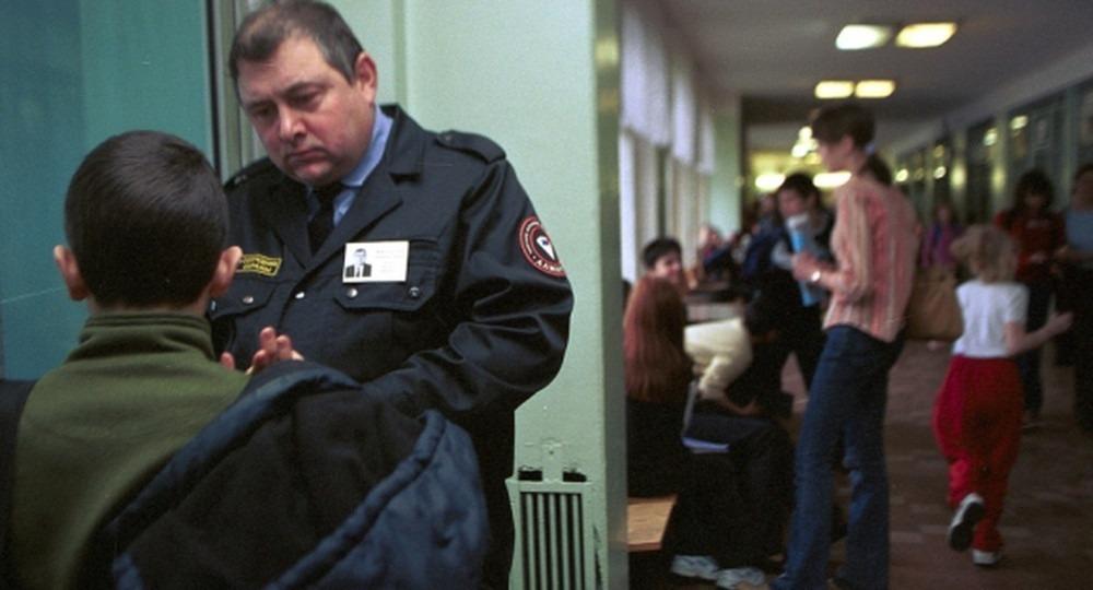 Для охранников школ Москвы выдвинули новые требования