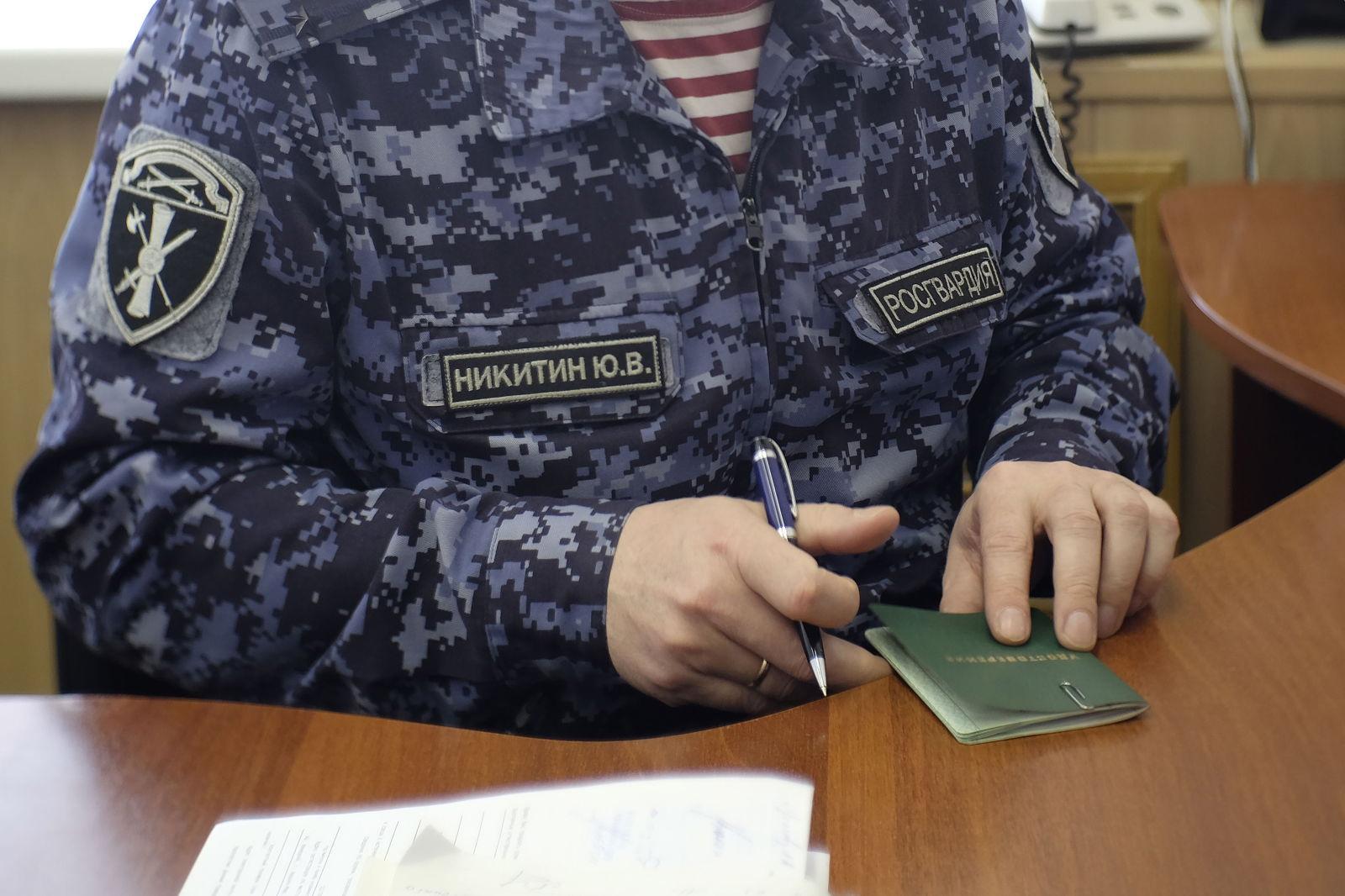 Росгвардия НАО аннулировала удостоверения пяти частных охранников за противоправное поведение