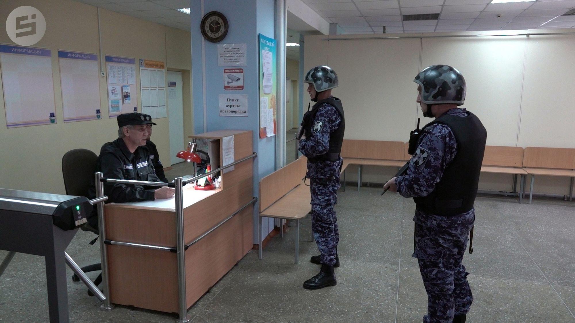 Во Владивостоке усилят охрану в школе после угроз о взрыве