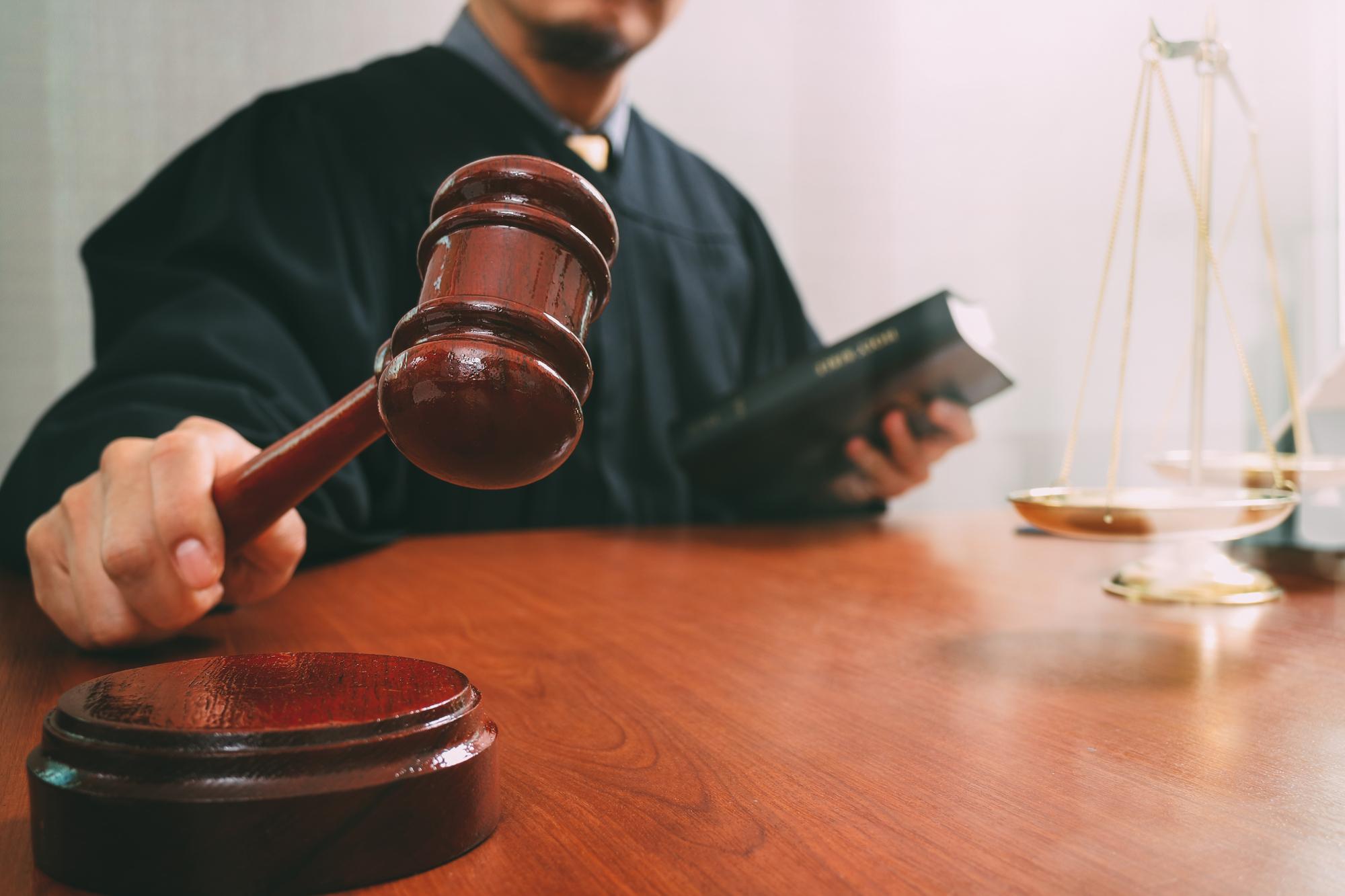Сотрудника ЧОО в Удмуртии осудили за хранение огнестрельного оружия и оскорбление полицейского